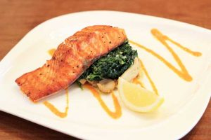 สเต็กปลาแซลมอนกับผักโขม
