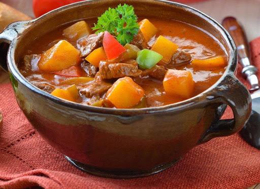 ซุปกูลาช ซุปสตูว์สไตล์โฮมเมด อาหารขึ้นชื่อฮังการี